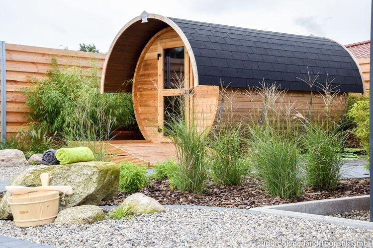 Sauna im kleinen roten Holzhaus